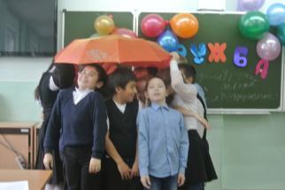 Под одним зонтом поместился целый класс